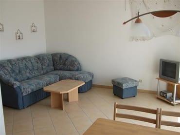 Wohnraum mit gemütlicher Polsterecke und Essplatz