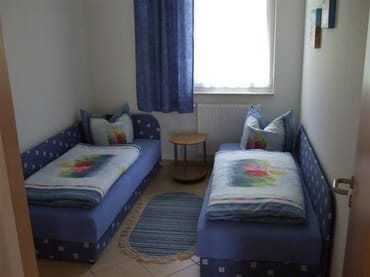 Kinderzimmer mit Einzelliegen und 2türigem Kleiderschrank