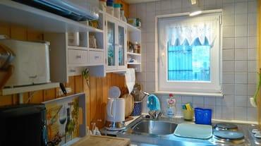In der kleinen Küche finden Sie alles was nötig ist:  Kühlschrank, 2-Plattenkocher, Mikrowelle, Kaffeemaschine, Wasserkocher und Geschirr.