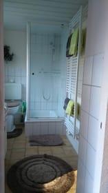 Das Bad mit Dusche hat auch einen Handtuchtrockner