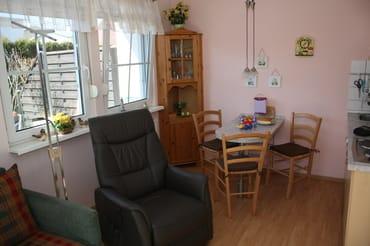 Wohnzimmer mit Fernsehsessel u. Essecke