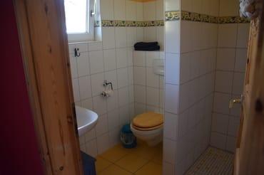 Bad mit Dusche, Toilette und Waschbecken