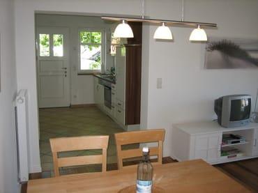 Eßtisch mit Blick zur Küche/Eingangsbereich