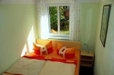 Schlafzimmer mit sehr bequemen Hotelbett (1,60 m Boxspring) und Kleiderschrank