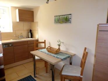 Voll ausgestattete Küche mit Geschirrspüler, Mikrowelle, Kaffeemaschine, Toaster und allgemeine Küchenutensilien