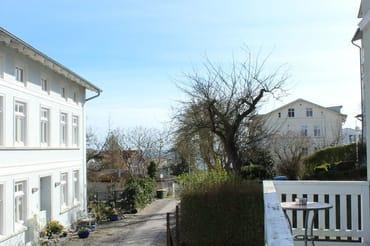 Blick in die Rosenstraße von der Terrasse im Frühjahr