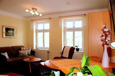 Wohnraum mit integrierter Küche, ausziehbares Schlafsofa, Aufbettung für 1-2 Personen/Kinder gegen Aufpreis möglich