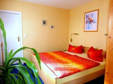 Großes Doppelbett, Zugang zum Badezimmer