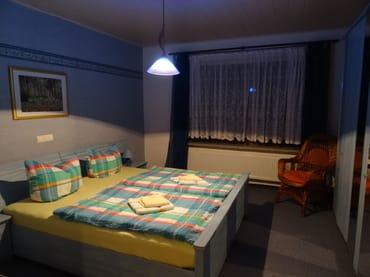 Schlafzimmer mit Doppelbett,Einzelliege, Kleiderschrank. Bei Bedarf kann ein Kinderbett zugestellt werden