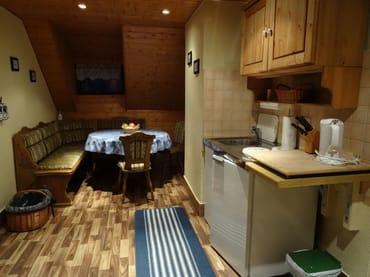Essbereich mit Miniküche, Kühlschrank mit Gefrierfach, Mikrowelle, Kaffeemaschine, Toaster