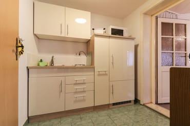 Miniküche mit Mikrowelle und 2-Platten-Kochfeld