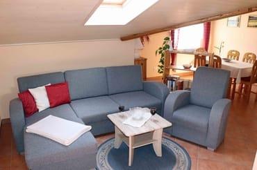 Couch und Esstisch