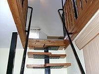 Treppe zu Schlafraum und Balkon