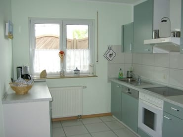 Vollausgestattete Küche mit Geschirrspüler und Abstellraum