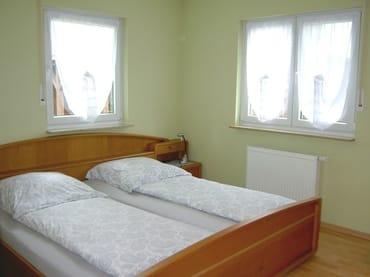 Schlafzimmer 1 mit Wand-TV