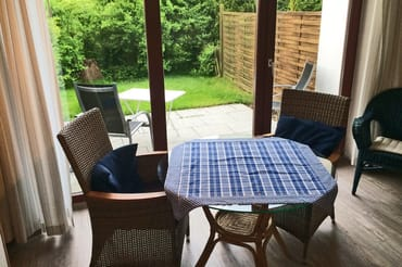 Esstisch mit Blick auf die Terrasse