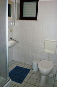Badezimmer mit Dusche, Waschbecken, WC