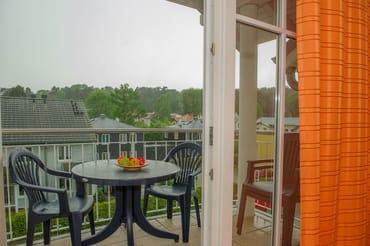 Zusätzlich gibt es einen Balkon mit Sitzmöglichkeiten für vier Personen