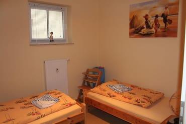 """Im """"kleinen"""" Schlafzimmer stehen zwei Einzelbetten (je 90x200cm) sowie ein Kleiderschrank, ein CD-Player und Nachtschränke zur Verfügung - das ideale Kinderzimmer"""