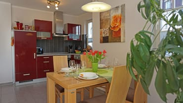 Küchenzeile mit Esstisch