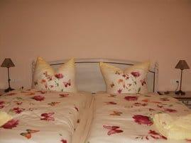 Schlafzimmer: die Betten sind bei Ankunft bezogen