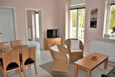 Wohnzimmer mit Balkonzugang...