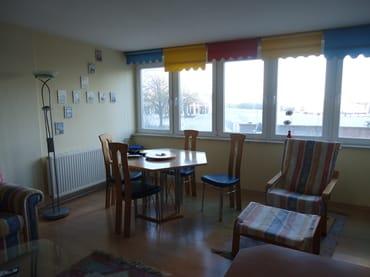 Winterlicher Blick aus dem Panoramafenster in Richtung Leuchtturm und Ostsee.