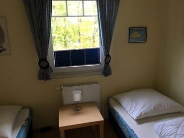 Schlafzimmer mit 2 Einzelbetten und Blick auf Aquadrom