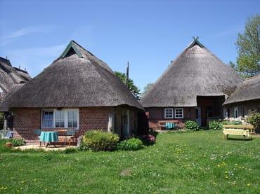 Das Ferienhaus mit den Terassen auf der linken Seite