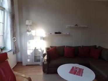 Wohnzimmer mit Ecksofa mit Schlaffunktion