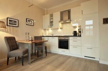 Die moderne vollausgestatte Küche mit Essbereich