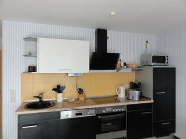 Die hochwertige Küche ist ausgestattet mit E- Herd, Geschirrspüler, Mikrowelle, Kühlschrank, Kaffeemaschine, Wasserkocher, Toaster, Eierkocher und Radio.