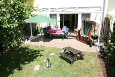 Grosse überdachte Terrasse im eingezäunten Garten.... wir verlängern Ihre Sommersaison, hier können Sie bis weit in den Herbst hinein ausspannen, grillen,.....