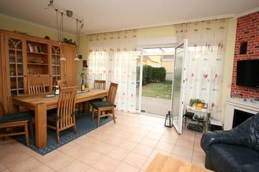 Wohnzimmer mit Eßbereich und Ausgang auf die Terrasse
