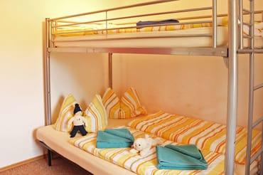 Schlafraum mit Hochbett - obere Liegefläche (0,90m x 2,00m) untere Liegefläche (1,40m x 2,00m)