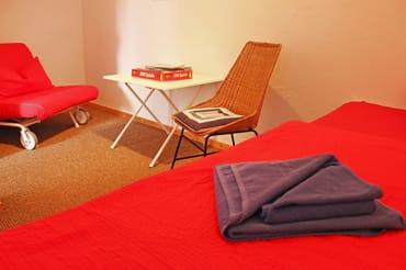 Schlafraum (Obergeschoss) mit einem Doppelbett für 2 Personen und einem Einzelbettsofa