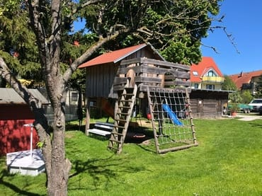 Spielhaus und Spielplatz