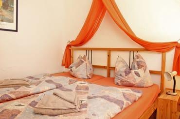 kombiniertem Wohn- und Schlafraum mit himmlischem Bett