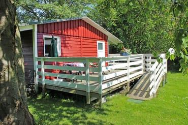 separates Gartenhaus mit Wasseranschluss, möblierte Terrasse mit Sitzgelegenheit. (Dusche und WC ca. 20m entfernt)  Heizmöglichkeit!!!