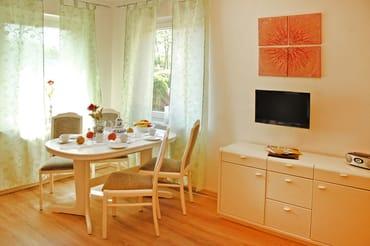 Wohnraum mit Flachbild-TV, Radio mit CD-Player, einer Couch mit Schlaffunktion (Liegefläche 1,60m x 2,00m)