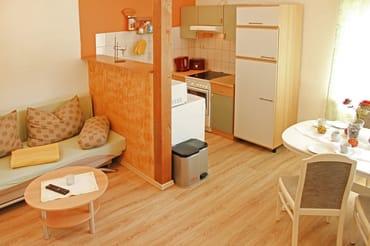 Küchenzeile (mit Ceranfeld, Backofen, Spülmaschine, Spüle, Kühlschrank, Kaffeemaschine, Wasserkocher, Toaster und Geschirr