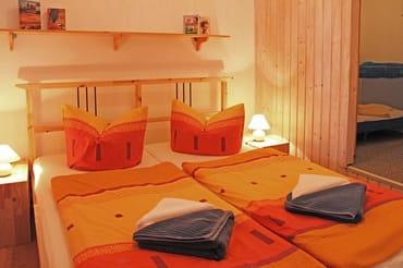 Schlafraum mit Doppelbett (1,60m x 2,00m) und begehbarem Kleiderschrank