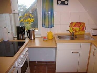 Küche mit Spülmaschine u. Backofen