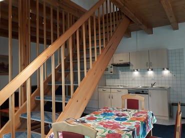 Wohnraum mit Küche, Treppe zum OG