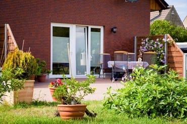Terrasse mit Gartenmöbeln u. Grill