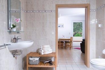 Bad  mit Handtücher sowie Fon