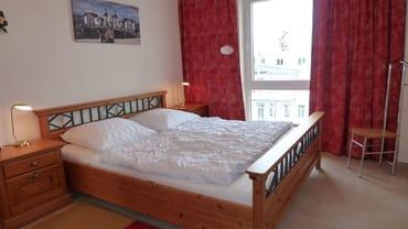 Schlafzimmer mit King- Size- Doppelbett