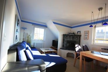 """Blick ins Wohnzimmer mmit Couch und 32"""" LED Fernseher"""