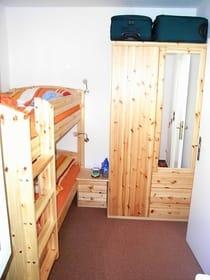 Kinderzimmer mit Doppelstockbett (Liegeflaeche jeweils 90*200)
