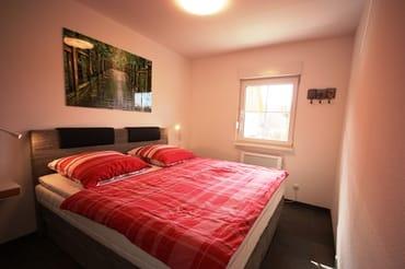 Schlafzimmer, Fenster mit Jalousie und Mueckenschutz